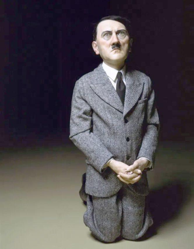 Cattelan y su Hitler arrodillado.