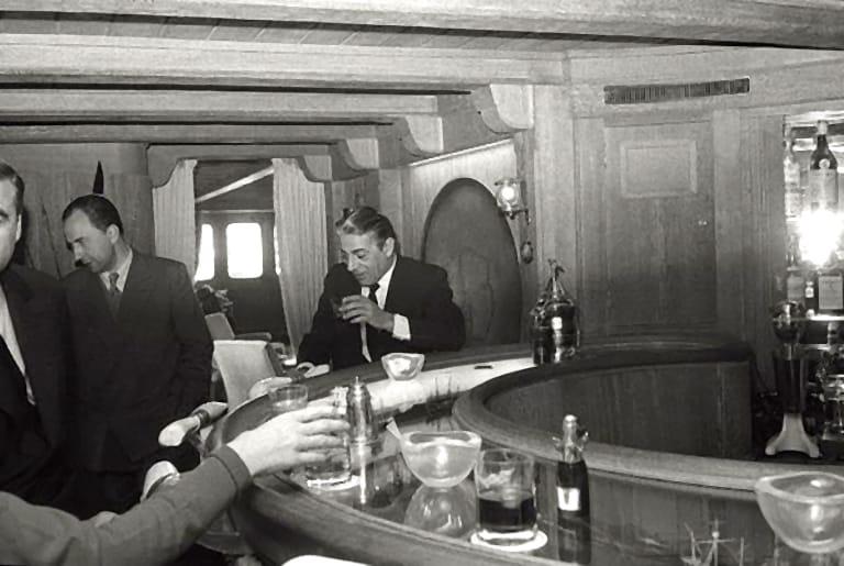 Onassis en el bar de su yate.