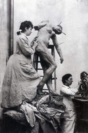 Camille Claudel trabajando.