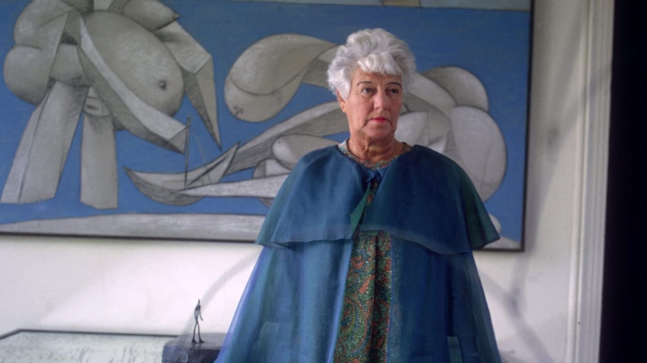 Peggy junto a dos pinturas de Pollock.